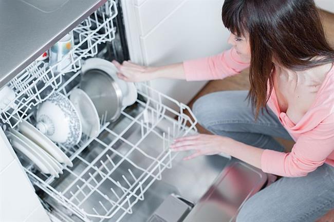 BULAŞIK MAKİNESİ: Ayda Bir kez  Bulaşık makinesinin ayda bir kez sirke ile boş çalıştırarak temizlenmesi için önemlidir. Aksi halde yemek ve bakteri artıkları hastanmanıza sebep olur.   Temiz mi, Hijyen mi Nasıl Anlarız?