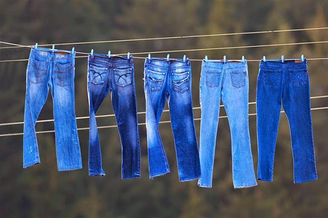 JEAN PANTOLONLAR: İki Haftada Bir  Jean pantolonlar çok sıcak suda ve çok sık yıkanırsa renklerinde deformasyon olabiliyor. Bu yüzden kot pantolonlarınızı elde yıkayın.