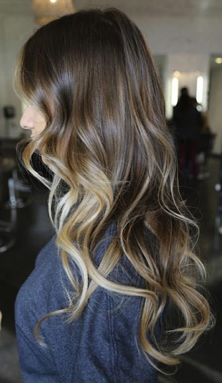 Işıltılı dalgalar   Kıvırma maşası yardımıyla saçınızda iri dalgalar yapın. Daha sonra dalgalar üzerine parlaklık veren serum sürün.