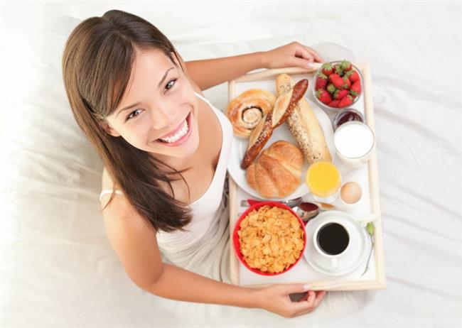 Kahvaltı saatlerine düzen getirmenin tam vakti…  Bazı kişiler kahvaltı yapmayınca enerji eksikliği hisseder bazıları ise tam tersi rahatsızlık duymaz ve hatta kahvaltı yemediğinde öğle yemeği gelmeden açlık veya halsizlik duymaz. Unutmayın hepimiz benzer olsak da farklıyız, vücudunuz sesini dinleyin. Kararı kendiniz verin.   Bazı insanlar sabah, bazıları ise öğleden sonra dinç ve enerjiktir, mümkünse çalışma düzeninizi buna göre ayarlayın.
