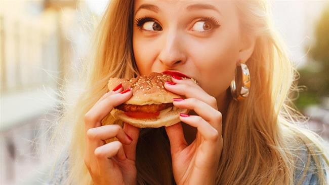 """Şekerli gıda, fast food beslenme  Özellikle kahvaltıda karbonhidrat ağırlıklı beslenme (bal, reçel, beyaz unlu gıdalar, meyve, meyve suyu)  2 saat sonra ani şeker düşmesi, enerji eksikliği yaratabilir. Bu durumda peynir, yumurta, domates, salatalık yemek sorunu çözebilir.   <a href=  http://mahmure.hurriyet.com.tr/foto/saglik/dogru-beslenerek-yorgunluktan-kurtulun/25589 style=""""color:red; font:bold 11pt arial; text-decoration:none;""""  target=""""_blank"""">Doğru Beslenerek Yorgunluktan Kurtulun!"""