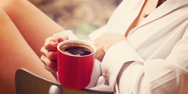 Kahve ile aranız nasıl?  Birçok faydasının yanında kahve, eğer akşam geç saatlerde içilirse uyku hormonu melatoninin etkisini azaltmaktadır, biyolojik iç saatinizi şaşırtmamak için yatmadan 4 saat önce kahve tüketiminden vazgeçin. Su kaybına da neden olacağından öncesinde bir bardak su için.