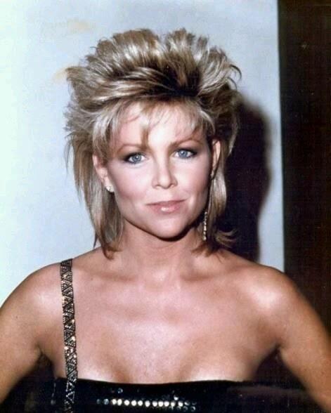 Dalgalı fönlü kabarık saçlar   Yine 80'lerin abartılı dönemlerinde sıklıkla kullanılan modeldi.