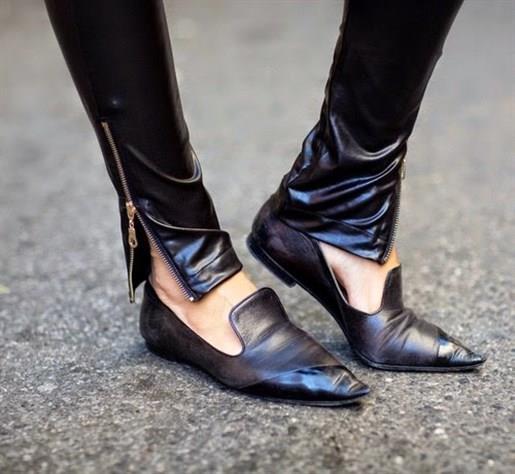 Sivri burun ayakkabılar (günümüzdekilerden değil)   Bu model ayakkabı Alaaddin'in Lambasi'ndaki cini anımsatıyor. Neyse ki bu da geçmişte kaldı.