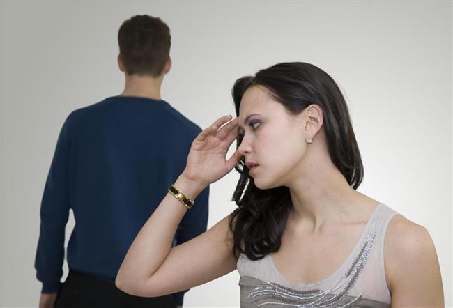 """ERKEK NEDEN UZAKLAŞIR?  Psikoterapist Cem Keçe, evlilikte erkeğin eşinden uzaklaşmasına neden olan etkenlerin başında genellikle bir nedenden ötürü erkeğin eşine duyduğu öfke veya kırgınlığın geldiğini söyledi. Kocanın öfke ve kırgınlık duygularına teslim olduğunda, eşine karşı unutma ve bağışlama tutumunda zorlanıyor olabileceğini belirten Keçe, """"Kocanız, sürekli eleştirilen, asla takdir edilmeyen, başkalarıyla kıyaslanan, yaptıkları onaylanmayan, sık sık terslenen, sürekli şikayet edilen bir adam haline getirilmişse sizden uzaklaşması mümkündür. Çünkü erkeklerin doğasında eşi tarafından onaylanmak, teşvik edilmek pohpohlanmak, bu sayede özgür ve güçlü bir kurt olduğunu hatırlamak ve özgüvenini ayakta tutmak vardır"""" şeklinde konuştu. Keçe, tavır ve davranışlarıyla kocasını hayal kırıklığına uğratan bir kadın için bir süre sonra 'arzulanmayan kadın' haline gelmesinin de erkek doğasına uygun bir davranış olduğunun altını çizdi."""