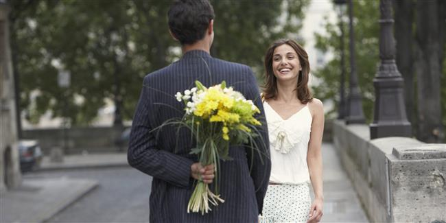 Bir zamanlar size kendinizi kraliçe gibi hissettiren kocanıza ne oldu? Çiçekler alan, iltifatlar yağdıran, romantik sürprizler hazırlayan, tutku ve şehvetle yaklaşan kocanız, nasıl böyle ilgisiz, ruhsuz, uzak bir yabancıya dönüşebildi? İşte bunlarla öncelikle yüzleşmeniz gerekir. artık arzulanmayan, eşi kendisinden uzaklaşan kadın için evliliğin yolunda gitmediğini görmesi gerekir.