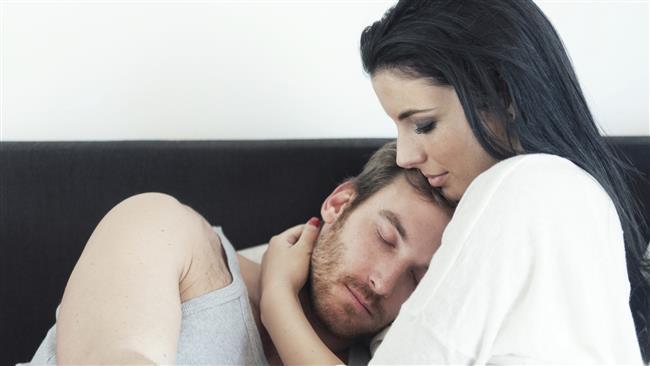 9-TENSEL TEMASINIZI ARTIRIN  Durup dururken ona sımsıkı sarılın, hiç beklemediği anda bir öpücük kondurun, televizyon seyrederken elini tutun, yanağını okşayın.