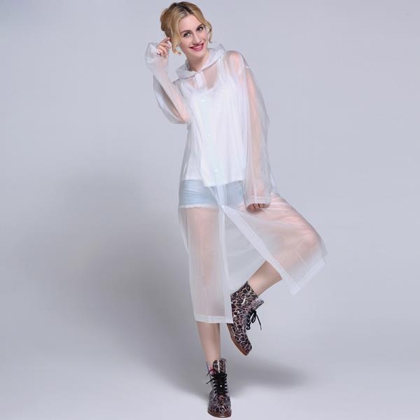 En şık kıyafetlerinize bile eşlik edecek bu transparan yağmurluklara dolabınızda mutlaka yer açmalısınız.