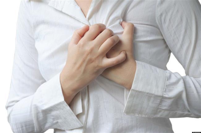 Damar duvarındaki hasar hem kanın pıhtılaşmasını hem de damar çeperinde yağ birikimini artırıyor. Bu durum damarlarda plaklar oluşmasına yol açıyor. Koroner damarlarda daralma olduğunda kalp kası yeterince beslenemiyor ve göğüs ağrısına yol açıyor. Bir aşamada damar tam tıkanıyor ve enfarktüs, yani kalp krizi gelişiyor.