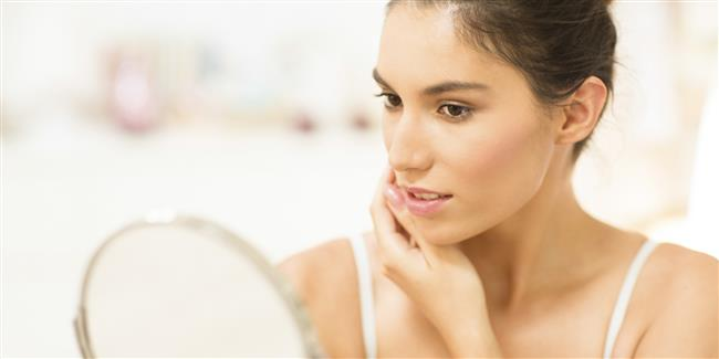 8-Ciltte erken yaşlanma  Sigaranın içindeki birçok madde cildin üst tabakasında kuruma yapıyor. Bu durum da cildin erken yaşlanmasına ve kırışıklıkların ortaya çıkmasına yol açıyor. Kanın oksijeninin az olması ve daralmış olan damarlar cildin kendini yenilemesini bozuyor, bunun sonucunda da en ufak yaralar bile geç ve iz bırakarak iyileşiyor.