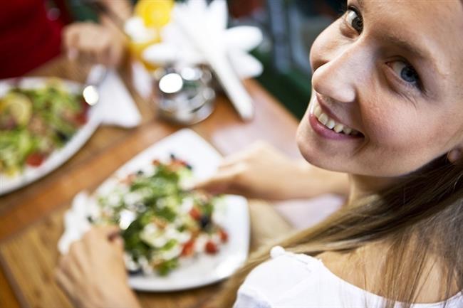 Ghrelin Hormonu Nasıl Çalışır?  Ghrelin, açlık durumunda kanda yüksek miktarda bulunur, yemek yenildiğinde de azalır. Midenin boş olması bu hormonun salgılanmasını uyarır. Bu hormon yemek yemeyi, besin ve enerji kullanımı ile iştahı düzenler. Kişilerdeki ghlerin düzeyleri kilo alımı ve obezite ile azalır, açlık durumunda ya da anoreksiya nervozalı hastalarda ise yükselir. Bu durum nedeniyle, ghrelinin ileri derecedeki zayıflığı ve enerji depolarının boşalmasını önlediği düşünülmektedir.