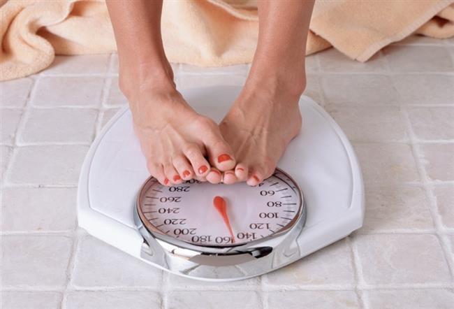 """Kilo kaybeden kişilerin kaybettikleri kiloyu korumakta zorlanmalarının temel sebeplerinden biri de budur. Çünkü kişi kilo verdikçe kandaki ghrelin hormonu artar ve bu durum iştahın artmasına sebep olur. Bu hormonun fazla aktive olması yemek krizlerine sebep olur. Özellikle obezlerde ghrelin artar ve bu durum iştahı tetikler. Diğer taraftan obezlerin büyük bölümünde iştahı düzenleyen hormonlara karşı bir duyarsızlaşma vardır. Dolayısıyla beyne """"doydum"""" sinyali ulaşmamaktadır. Bu durum obezinin altında yatan faktörlerden biridir."""