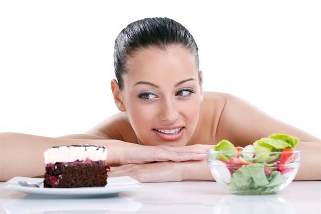 """İştahı ve yeme arzusunu arttıran ve beyne açlık sinyallerini gönderen ghrelinin kandaki miktarının midenin boşalma hızıyla alakalı olduğu ortaya çıkmıştır. Örneğin; hızla sindirilen bir yiyecek midede uzun süre kalmadığından, geç sindirilen ve midede uzun süre kalan bir yiyeceğe göre kişiyi daha hızlı acıktırır.  <a href=  http://mahmure.hurriyet.com.tr/foto/diyet-fitness/neden-kilo-aliyoruz_41000 style=""""color:red; font:bold 11pt arial; text-decoration:none;""""  target=""""_blank"""">  Neden Kilo Alıyoruz?"""
