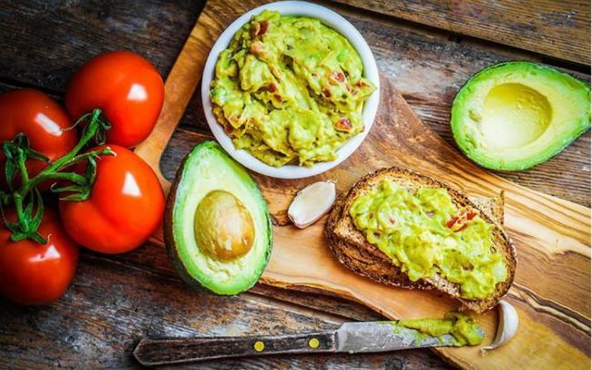 Avokado, dil peyniri, böğürtlen, sardalya, elma, kepekli markarna, esmer pirinç, yulaf ezmesi, badem, brokoli, yumurta, donmuş yoğurt, sebze çorbası ve çilek iştah kapatarak acıkma hissini erteleyen besinler arasında yer alır.