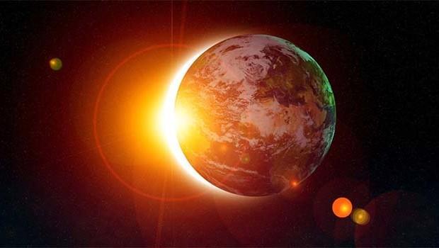 Bugün deneyimleyeceğimiz Güneş Tutulması saat 17.58'de gerçekleşecek. Tutulmalar bugüne kadar yaşadığınız olayların koşullarını bize gösterebilir. Adeta artık ne olur fark et anlarıdır.  Tutulma haritasında Aslan burcu yükselecek. Tabi en hoş detay ise kraliyet yıldızı Regulus'un bu kombinasyona eşlik edecek olmasıdır. Tutulma yöneticisi Jüpiter'in Terazi burcunda 3'lü yöneticilikte(olumlu) olması Uranüs ile zıt açı yapması ise çok hızlı ve ani, beklenmeyen değişimlerin tutulma sonrası ayak seslerini duyabileceğimizin de bize mesajını veriyor. Parlayabileceğimiz ve bugüne kadar emek verdiğimiz detaylarda bazı önemli kadersel fırsatlar yakalayacağımızı bize müjdeliyor.  Bağımlılıklarımız ve alışkanlıklarımıza artık veda ettiğimiz bir zaman dilimine giriyoruz. Duygusal anlamda yaşadığınız bağımlılıkların artık bir şekilde sonlandığını göreceksiniz. Kısaca Fedakârlık bakış açısına birileri FEDA ederken diğer Kâr eden insanın hesaplaşması da diyebiliriz.  Bizi çok farklı alanlarda değiştirip dönüştürecek. Başlıca etki alan gruplar Balık, Başak, Yay, İkizler ve yükselen burcu bu grupta olanlar. Tutulma ikili ilişkiler, evlilik, ortaklık alanında olurken yöneticisi Neptün'ün açısının olmayışı olayları kavrama yeteneğimizin açık ve gerçekçi olmadığı yönünde olabilir. Karşımıza çıkan kişiler ve tanışacağımız önemli kişileri hayal kırıklığı riskinden dolayı göremeyebiliriz. Aslında iyi yaptığımızı düşünürüz ama gerçekleri bir türlü göremeyiz. Belki de kötü bir sonuç deneyimlemeyeceğimiz biriydi. Geçmiş ilişkilerimiz ve geçmiş aşklarımız bu zaman dilimlerine karşı özlem artabilir. Bu konularla ilgili yeniden bu duyguyu yakalamak isteyebiliriz.   ASTROMATİK & Aygül Aydın