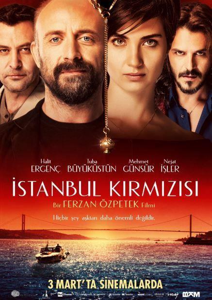 İstanbul Kırmızısı  Yıllarca yurtdışında yaşayp Türkiye'ye dönmemiş yazar-editör Orhan Şahin, ünlü yönetmen Deniz Soysal'ın yazdığı ilk kitap üzerine çalışma yapmak amacıyla İstanbul'a gelir. Deniz, artık bütün gücünü ve ihtişamını kaybetmekte olan ailesiyle birlikte bir yalıda hayatını sürdürmektedir. Ancak Orhan gelir gelmez kendisini Deniz'in karmaşık ilişkileri, gizemli arkadaşları ve aile bireylerinin arasında kalmış bulur.  Vizyon Tarihi: 3 Mart 2017
