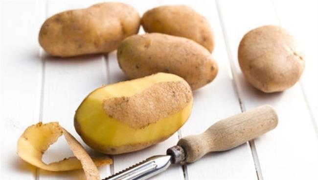 Patates Kabuğu Mucizesi:   Patates kabuğu gözaltı torbalarını indirmede etkili olduğu gibi, patates kabuklarını güzelce yıkadıktan sonra biraz yağ ve limon suyuyla ovup fırına attığınızda süper kolay patates cipsleri yapabildiğinizi göreceksiniz.