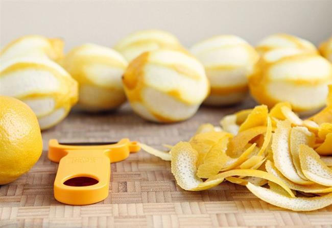 En İyi Temizleyici Limon Kabuğu:   Kahve veya çayı neyde demliyorsanız onun lekelerini çıkarmak için limon kabuğuyla ovalamak çok etkili bir çözüm. Yine taze çekilmiş biberle karıştıracağınız limon kabuğu rendesi de yemeklere katılabilecek çok lezzetli bir çeşni oluşturacak.