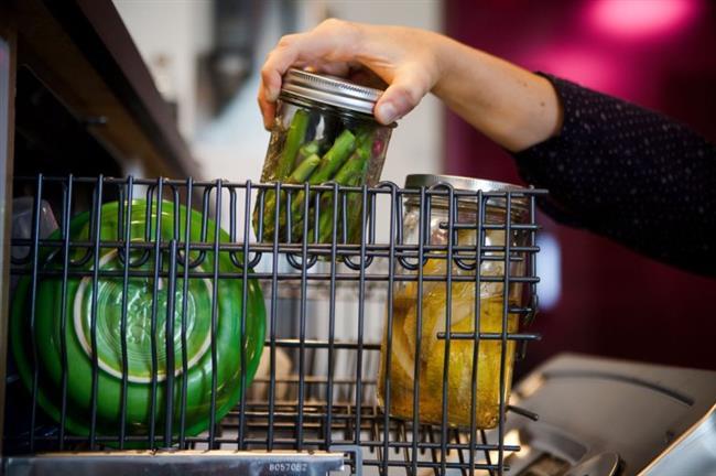 Besin Değeri İçin Bulaşık Makinesinde!  Bulaşık makinesinde sıcaklık çok yüksek derecelere ulaşmadığı için taze bir balığı, eti, sebzeyi suyunu uçurmadan ve besin değerini kaybetmeden pişirmenin mümkün olduğu belirtildi.Her ev hanımı mutlaka bulaşık makinesinde yemek pişirmeyi denemeli. Bu yöntemle hem zamandan tasarruf ediliyor hem de gıdaların besin değerleri korunuyor açıklamaları yapıldı.