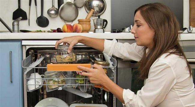 Pişirme sırasında özellikle cam saklama kapları kullanılması gerekiyor. Ağzı iyice kapandığı sürece içerisine deterjan girme riski de olmuyor. Bizim mantığımızda 'Bulaşık makinesinde kirliler yıkandığı için yemek nasıl olur' diye bir düşünce var ama baktığımızda sıcak işlem olduğu için pişirici olarak da kullanılıyor.