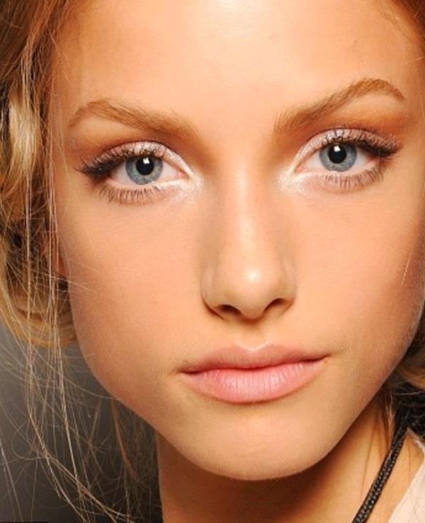 Göz kenarlarında parlak far kullanmak  Parlak far düzgün kullanıldığında gözünüzü belirginleştiren bir makyaj ürünü, ama eğer göz kenarlarına kullanıyorsanız o bölgedeki bütün ince çizgileri belirginleştirir. Parlak ürünleri gözlerinizin iç kısımlarında, göz kapağının ortalarında ve sadece kaş çizgisinde kullanmaya dikkat edin.