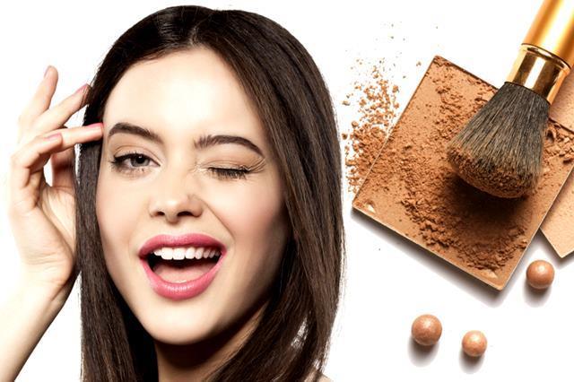 Kozmetik ürünler  Kozmetik malzemeler ve yoğun kozmetik kullanımı ergenlik sonrası gelişen aknenin önemli nedenlerinden. Bazen akne oluşumu ürünü kullanmaya başladıktan aylar sonra da gelişebildiğinden kişinin dikkatinden kaçabiliyor. Bu nedenle kozmetik ürün seçiminde akne yapıcı potansiyelleri iyi incelenmeli. Saça kolay taranması ve saçın şekillendirilmesi için kullanılan ürünler ise yüzde siyah noktalara yol açabiliyor.
