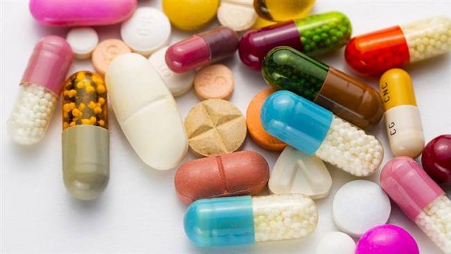 İlaç ve vitaminler  Akne bazen de tedavinin yan etkisi olarak karşımıza çıkıyor. Akneye neden olan ilaçların başında ağızdan alınan uzun süreli kortizon tedavileri geliyor. Sporcuların kullandığı anobolik steroidler ile bazı ilaçlar ve uzun süreli B vitamini kullanımı da akneye yol açabiliyor ya da mevcut akneyi şiddetlendirebiliyor. Bu nedenle akne şikayeti ile dermatoloji uzmanına giden hastaların kullandıkları ilaç ve vitaminlerin isimlerini doktoruna bildirmeleri tedavinin başarısı için büyük önem taşıyor.
