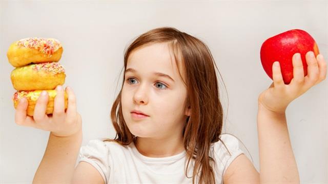 Erken ergenlik  Kız çocuklarının 8 yaşından önce erkek çocukların da 9 yaşından önce ergenliğe girmesi erken ergenlik olarak biliniyor. Bu durum, çocuklarda çok hızlı büyümeye sebep olup, büyüme sürecinin kısa sürmesine ve boylarının beklenenden kısa kalmasına yol açıyor. Çocuklarda erken yaşta başlayan sivilce oluşumu erken ergenliğin gözle görülebilen ilk bulgusu olabileceğinden, ergenlik yaşından önce görülen akneler hem ebeveynler hem de hekim açısından uyarıcı olmalı.