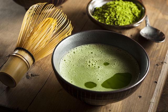 Matcha çayının sağlık konusunda en önemli yararlarından biri, her yudumda çok miktarda antioksidan sağlamasıdır. Matcha kategorisinde bulunan diğer bitkilerden daha fazla antioksidan ile doludur. Japon kültürünün köklü bir geleneği olan Matcha çayı, mevcutta bulunan en kaliteli toz halde yeşil çay türüdür. Uzakdoğu'da bin yıldan fazla bir süredir tüketilmektedir ve günümüzde piyasadaki en güçlü süper bitkilerden biri olarak kabul edilmektedir.