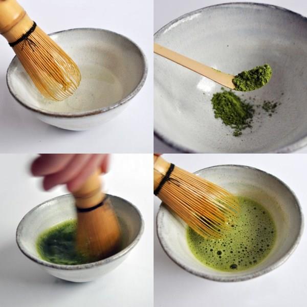 """Matcha'yı karıştaracağınız kaseyi kaynar su dökerek ısıtın. Karıştırma için kullanılan karıştırıcıyı (yani bamboo whisk veya çay seremonisindeki ismi ile """"chasen"""") ıslatın. 1-2 gram matcha'yı kaseye koyun ve üzerine 1 fincan sıcak su ekleyin. Bir elinizle kaseyi sıkı tutarken diğeri ile """"bamboo whisk"""" kullanarak soldan sağa doğru karıştırırken köpükler oluşturmaya çalışın."""