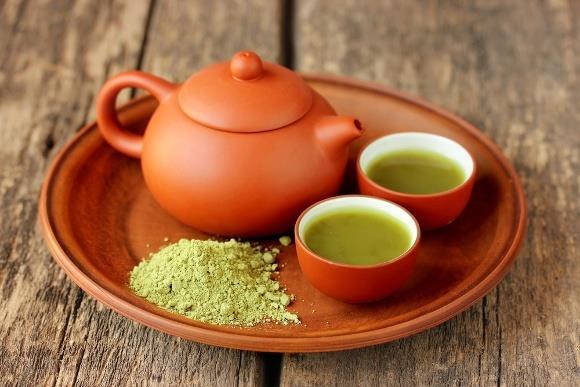 """Sakinleştirir  Bin yıldan uzun bir süredir, Çin Daoists ve Japon Zen Budist keşişleri tarafından Matcha çayı, dinlenmek ve uyanıkken meditasyon yapmak için kullanılmıştır. Şimdi biliyoruz ki bu yüksek bilinç hali, Matcha'yı yapmak için kullanılan yapraklarda bulunan L-Theanine amino asidine bağlı. L-Theanine, diğer """"zayıflatıcılar"""" ın neden olduğu doğal uyuşukluk olmadan rahatlamaya neden olan alfa dalgaları üretimini teşvik eder."""