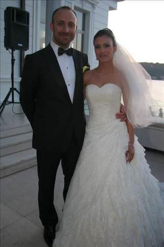 Gizem Soysaldı:   Tüm Türkiye'nin tanıdığı oyuncu Halit Ergenç'le aşk yaşamaya başlayıp kısa sürede evlendi. Ama bu sürpriz evlilik sadece 16 ay sürdü. Bu sürenin sonunda Ergenç ve Soysaldı boşandı. Ergenç ile aşk yaşadığı öğrenildiği andan itibaren medyanın dikkatini üzerine toplayan Gizem Soysaldı şimdilerde ünlü dizi Arka Sokaklarda da komiser olarak rol alıyordu.