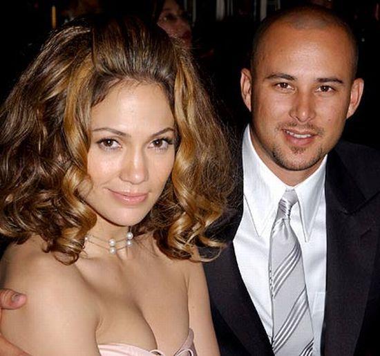 Lopez, Chris Judd ile evli olduğu dönemde Ben Affleck'le öpüşürken görüntülenmiş ve evliliği bu nedenle sonlanmıştı.