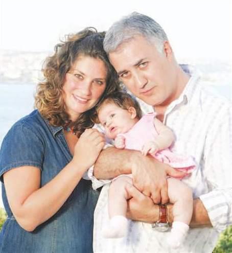 """Neredeyse çocukluk aşkı olan Tamer Karadağlı ile evlenen Arzu Balkan'ın mutluluğu uzun sürmedi. Zaten Karadağlı'nın, nişanlıyken bile eşini aldattığı söylentileri ortalıkta dolaşıyordu ki, """"otel odası skandalı"""" patlak verdi. Ardından da aktörün bir başka evlilik dışı ilişkisi ortaya çıktı. Çift boşandı… Artık yasal olarak evli değiller ama kızları Zeyno için bir araya geliyorlar, arkadaş olarak da görüşmeyi sürdürüyorlar."""