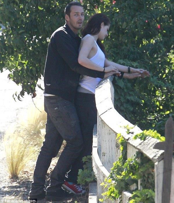 """Görüntüler basına sızınca yasak aşkını itiraf etmek zorunda kalan Stewart, sevgilisi Pattinson'ı üzdüğü için pişman olduğunu açıkladı ve ekledi:  """"Yaşattığım utançtan ve onu incittiğimden dolayı çok ama çok üzgünüm. Bir anlık düşüncesizlik, hayatımdaki en değerli varlığa mal olabilir. Onu çok seviyorum."""""""