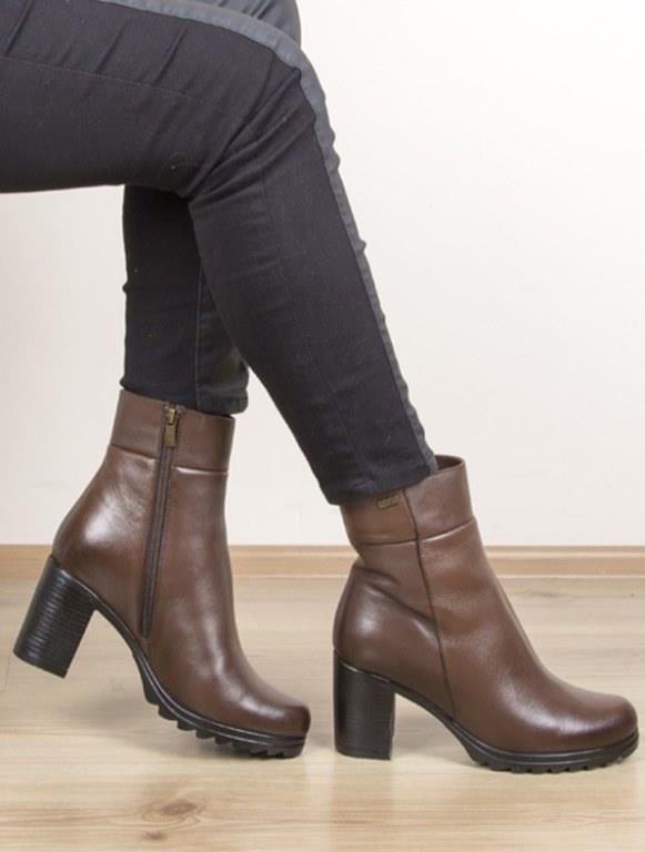 Kısa Bacak Boyu:   Bacaklarınız kalın ve kısa ise asla diz üstü çizmeleri tercih etmeyin. Sizin tercihiniz kısa botlar olmalıdır. Yani diz ile bilek arasında kalacak olan çizmeler. Bir diğer tavsiyem ise, çizmeniz ve giydiğiniz taytın yada jeanın aynı renk olması. Uzun kazaklar yada tuniklerle bu kombini tamamlayabilirsiniz.