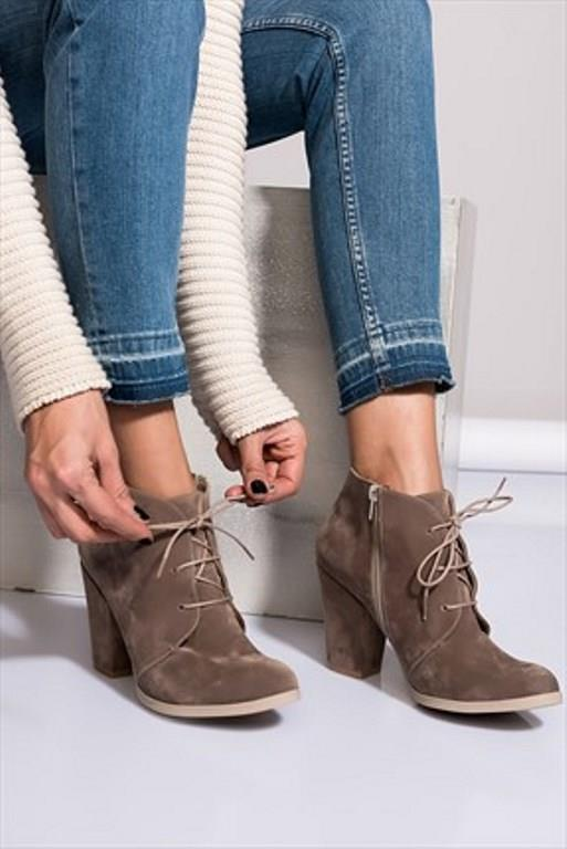 Bilekleriniz İnceyse:   Eğer ayak bilekleriniz inceyse, siz de kaba modellerden uzak durması gereken kadınlardansınız demektir. Özellikle bilekten bağlı ayakkabıları tercih etmelisiniz. Çünkü bu modeller bileklerinizden bacaklarınıza hoş bir geçiş sağlarken bileklerinizin inceliğini de kamufle edecektir.