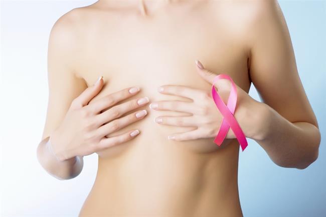 Ayrıca ameliyat öncesi çekilen mamografi sayesinde tesadüfen yakalanabilecek bir kanser olgusunun atlanmasının önüne geçilmiş oluyor. Özellikle anne, kız kardeş ve teyze gibi 1. derece akrabalarında meme kanseri öyküsü varsa yaşı 35'ten küçük olsa bile, meme hastalıklarıyla ilgilenen bir genel cerrahın kontrolünden geçmesini istiyoruz. 35 yaş üstü kadınlarda ise mamografi sonucuna göre hareket ediyoruz. Meme protezleri kanser teşhisinin konulmasını geciktirmiyor ve engellemiyor. Bu operasyonu geçiren kadınlar mamografi ve USG çektirebiliyor.