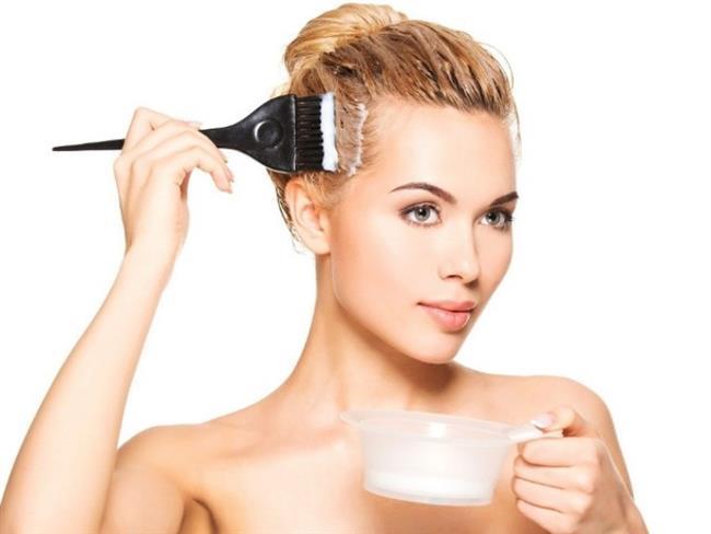 Özellikle de saç derisine büyük zarar veren saç boyaları, geçici bir güzellik sağlasa da saçların dökülmesine, seyrelmesine ve yıpranmasına sebep olabilir. Günümüzde ise artık sağlığa büyük önem veren ve özen gösteren insanlar, hemen her konuda doğal ürünleri tercih etmektedirler. Bu konuya saç boyası da dâhildir. Hanımlar artık saçları için de doğal ürünleri seçmekte ve sağlıklı bir şekilde güzelleşmektedirler. Bu nedenle de organik ve doğal saç boyalarını kullanmaktadırlar.   Peki, organik saç boyası nasıl yapılır? Aslında evde kendi başımıza organik saç boyası yapabilmemiz de mümkündür. Evde kendimiz hazırlayacağımız organik saç boyası ile hem istediğimiz ve ihtiyacımız olan güzelliğe kavuşabilmemiz, hem de sağlığımızı koruyabilmemiz mümkün olur.