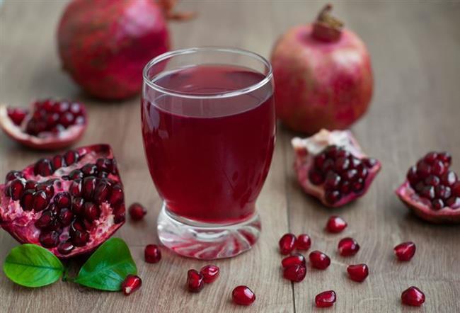 SOĞAN VE NAR  Saçlarınızı soğuk bir kızıl ile boyamak istiyorsanız bu tarif tam size göre. Üstelik kırmızı meyveler ve sebzeler içerdikleri doğal antioksidan ve antosiyaninler sayesinde saçınızı besleyip güçlendirecektir. Gerekli malzemeler ise şöyle;  • Mor Soğan • Şalgam • Nar • Sirke • Yoğurt  • Zeytinyağ  Bir tane mor soğanı kabukları ile birlikte, bir şalgamı, bir pancarı ayrı ayrı yarım su bardağı suyla haşlayın. Bir kahve fincanı soğan suyu, bir kahve fincanı pancar suyu, bir kahve fincanı şalgam suyu, bir kahve fincanı nar suyu bir kahve fincanı çay, bir tatlı kaşığı sirke, bir çorba kaşığı yoğurt, bir çorba kaşığı zeytinyağını geniş bir kaba alın. İçine alabildiği kadar kına ekleyerek sürülebilecek kıvamda ayarlayın. Ocak üstünde ya da fırında ısıtın ve saçınıza sürün. 3 ila 4 saat saçınızda bekleyen boyayı bol su ile yıkayarak temizleyin.