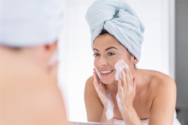 Aşırı peeling cildin koruyucu yağ tabakasını bozarak akne oluşmasına neden olmaktadır. Bu yüzden cildinizi fazla ovalamak ve peeling yapmak yerine ayda iki kez peeling yapmanız cildinizi bozmamanıza yardımcı olur.