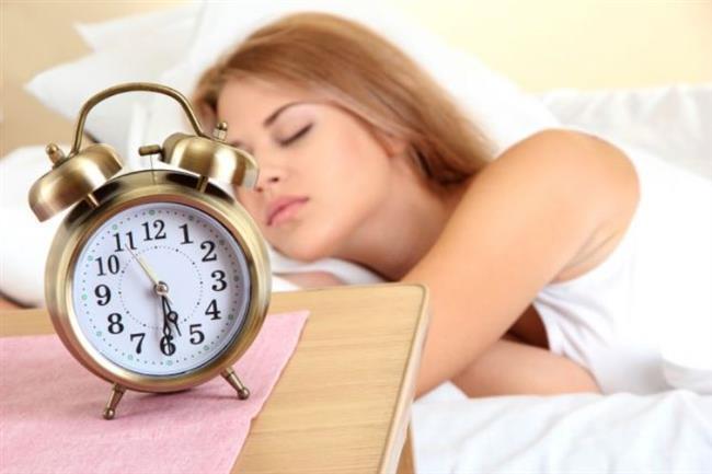 2)Daha Fazla Uyuyun!  Vücudunuzun dinlenmesine izin vermeyip, yeterli ve kaliteli bir uyku uyumuyorsanız kortizol seviyenizin artmasına destek çıkıyorsunuz demektir. Kortizol, stres sırasında arttığı gibi uykusuz kalmanızdan da etkilenir ve karın bölgesindeki yağlarınızın artmasına neden olabilir. Ayrıca enerjiniz düşük olduğunda ve yorgun hissettiğinizde daha sık yeme ihtiyacı duymanızın nedeni de yükselen kortizol hormonunun size kendinizi aç hissettirmesinden kaynaklanır.