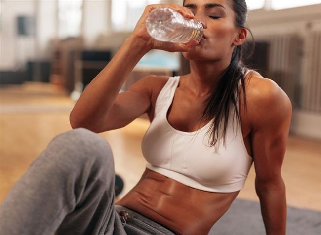 Ne yapabilirsiniz? Şişkinlikle savaşmanın en iyi yolu, vücudunuza ihtiyacı olan suyu vermeniz. Her öğün öncesi içeceğiniz 2 bardak suyla şişkinlik ve ödemden tamamen kurtulabilirsiniz.