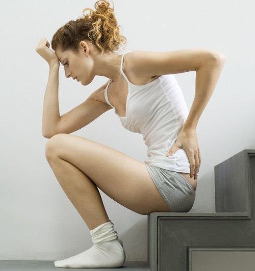 3) Beklemediğiniz bir anda regl oldunuz ve yanınızda tampon/ped yok. Tuvalet kâğıdını kat kat yapıp iç çamaşırınızın içine koyabilirsiniz.   4) Evden çıktığınız anda gömleğinizde deodorant lekeleri olduğunu gördünüz. Gömleğinizin iç kısmıyla veya lekeden daha koyu renk olmayan bir havluyla izleri silin. Beyaz lekeler hemen kaybolacaktır. Sakın tuvalet karıdı veya peçete kullanmayın, leke daha fazla yayılır.