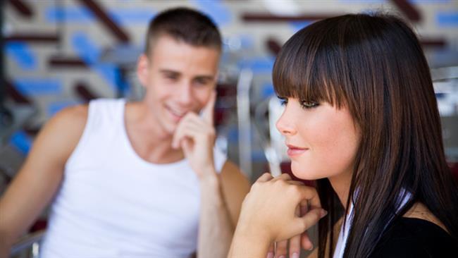 """17) Bir erkek arkadaşınız size ilgi gösteriyor ve siz bunu engellemek istiyorsunuz. Hayali biri bile olsa, hoşlandığınız biri olduğunu söyleyip, onun fikrini alın. Mesela, """"işteki çocuktan çok hoşlanıyorum ama onun ilgisini nasıl çekeceğimi bilmiyorum. Sence ne yapmam lazım? Sen benim en iyi arkadaşımsın (""""arkadaşım"""" kelimesine vurgu yapın!) ve bana yardım edebilirsin"""" deyin.   18) Daha ilk buluşmanızda geğirdiniz. """"Özür dilerim"""" deyin ve sonra bir şey olmamış gibi konuşmaya devam edin. Siz de insansınız ama erkeklerin çoğu en azından üçüncü buluşmaya kadar böyle şeyleri bilmese daha iyi olur."""