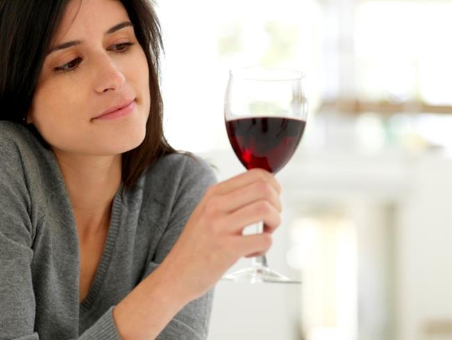 23) Kırmızı şarap içmekten, dişlerinizde lekeler oluştu.Bir dilim limon alın ve banyoya gidin. Lekeleri çıkarmak için dişlerinizi ovun.   24 )Birdenbire çok içtiğinizi fark ettiniz. Bir avuç fındık ve bir dilim ekmek yiyin. Karbonhidrat ve yağ karışımı alkolün vücuda daha yavaş yayılmasını sağlar. Sonra da birkaç bardak su veya meyve suyu için. Daha çok su içmek için, tuzlu şeyler yiyin.