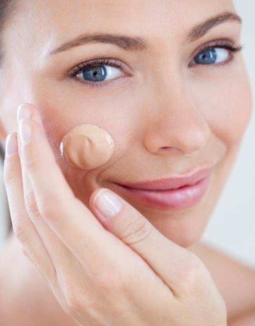 """Yaklaşık 50 yıl önce bir alman dermatolog lazer uygulamalar ya da peeling tedavileri sonrasında hastalarının kullanması için bir merhem yaratmıştır. Bu merhem sadece cildi pürüzsüzleştirip korumakla kalmamış, aynı zamanda kızarıklıkları da kapatmıştır. İlerleyen zamanlarda alman dermatolog bu ürünü """"blemish balm"""" adıyla satmaya başlamıştır."""