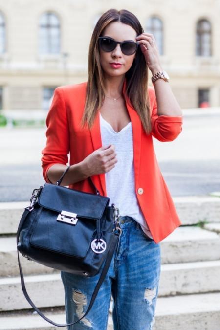 """Eğer 30 yaşın üzerinde iseniz ve size biraz daha genç  giysiler ile  vurgulamak gerekir. Tişörtler ve Sweatshirtler ile arkadaş toplantılarınızda ve günlük dışarı kombinlerinizde şık ve modern görünebilirsiniz. Jean ve kot modasına uygun seçenekleri sürekli değerlendirmelisiniz.  <a href=  http://mahmure.hurriyet.com.tr/foto/moda/her-gun-uyulmasi-gereken-moda-kurallari_41818  style=""""color:red; font:bold 11pt arial; text-decoration:none;""""  target=""""_blank""""> Her Gün Uyulması Gereken Moda Kuralları İçin Tıklayın!"""