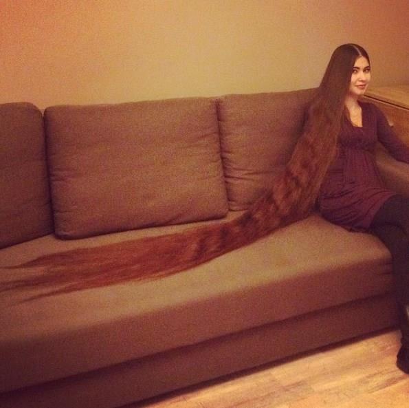 """Nasyrova'nın; sanki ayrı bir kişiymiş gibi """"Aileden biri"""" diye tanımladığı saçlarının uzunluğu tamı tamına 2 metre 286 santim."""