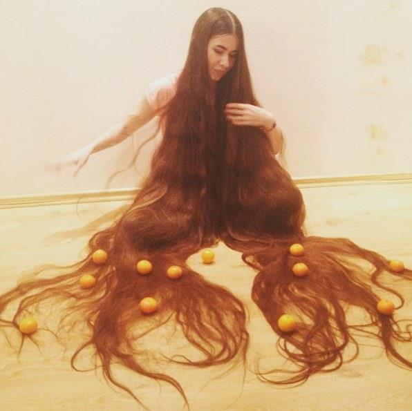 Rusya'nın Samara kentinde doğan ama şu anda Litvanya'da yaşayan Aliia Nasyrova'nın saçlarının dikkate değer bir ağırlığı da var.